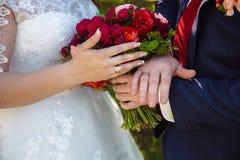 新娘新郎递环形s婚礼 免版税库存照片
