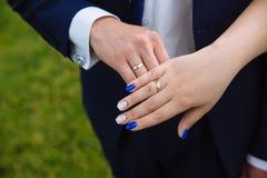 新娘新郎递环形s婚礼 图库摄影