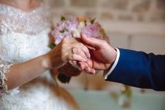 新娘新郎递环形s婚礼 免版税库存图片
