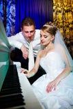 新娘新郎钢琴 免版税库存图片