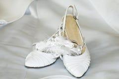 新娘方式穿上鞋子婚礼 图库摄影