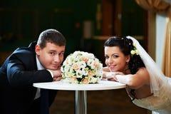 新娘日魅力新郎他们的婚礼 免版税库存图片