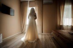 新娘早晨准备 白色婚礼礼服和面纱的新娘 免版税图库摄影