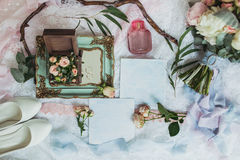 新娘早晨详述构成 婚戒、美丽的花束、花、钮扣眼上插的花和婚礼鞋子顶视图  免版税库存图片