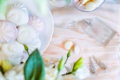 新娘早晨详述构成 新娘南北美洲香草花` s jewelery顶视图、香水、花束和蛋白软糖和macaro 免版税库存图片