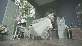 新娘是高兴的她华美的婚礼礼服 股票录像
