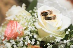 新娘桃红色和白色的婚礼花束 免版税库存图片
