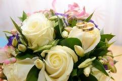 新娘桃红色和白色的婚礼花束 库存照片