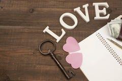 新娘概念礼服婚姻纵向的台阶 心脏,笔,纸,钥匙,在木Backgrou的金钱 库存图片