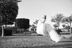 新娘概念 在空气的新娘翱翔 blond dress wedding young 新娘庆祝她的特别天 可爱的礼服 库存图片