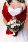 新娘正面图有花束的在她柔和的手上 免版税库存图片