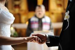新娘每个新郎递暂挂其他s 免版税库存照片