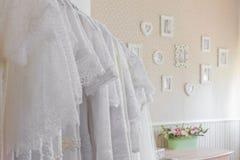 新娘沙龙内部  在的美丽的婚礼礼服挂衣架 免版税库存照片