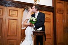 新娘浪漫新郎的亲吻 免版税库存照片