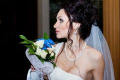 新娘特写镜头的画象与婚礼花束的 室内,演播室,内部 免版税库存照片