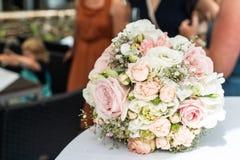 新娘特写镜头花婚礼花束  说谎在桌上的桃红色花 免版税图库摄影