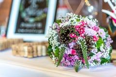 新娘特写镜头花婚礼花束  说谎在桌上的桃红色花 免版税库存照片
