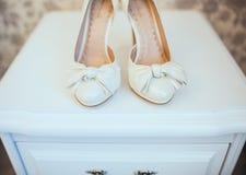 新娘特写镜头的白色鞋子 库存图片