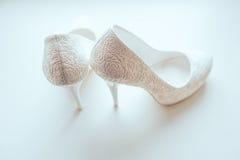 新娘特写镜头的白色鞋子 免版税库存照片