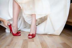 新娘现有量行程穿上鞋子妇女年轻人 免版税库存图片