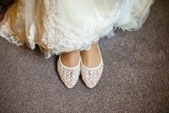 新娘现有量行程穿上鞋子妇女年轻人 库存照片