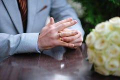 新娘现有量他的环形婚礼 免版税库存照片