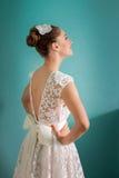 年轻新娘用在臀部的手 免版税库存照片