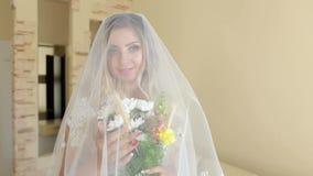 新娘画象有花和面纱的在家 股票视频