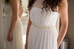 新娘的中央部位婚礼服支持的镜子的 免版税图库摄影