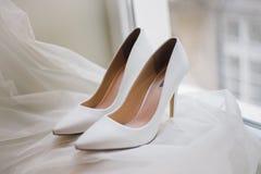 新娘的典雅的婚礼鞋子 免版税库存图片