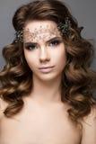 新娘的图象的美丽的女孩有一个王冠的在她的头 秀丽表面 图库摄影