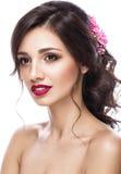 新娘的图象的美丽的女孩有紫色花的在她的头 秀丽表面 免版税库存照片