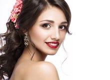 新娘的图象的美丽的女孩有紫色花的在她的头 秀丽表面 免版税库存图片