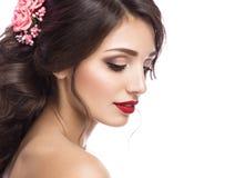 新娘的图象的美丽的女孩有紫色花的在她的头 秀丽表面 图库摄影