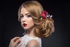 新娘的图象的美丽的白肤金发的女孩与 免版税库存图片