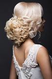 新娘的图象的美丽的白肤金发的女孩有婚礼辅助部件的在她的头 秀丽表面 库存图片