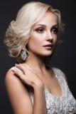 新娘的图象的美丽的白肤金发的女孩有婚礼辅助部件的在她的头 秀丽表面 免版税库存图片