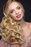 新娘的图象的美丽的白肤金发的女孩有婚礼辅助部件的 图库摄影