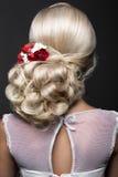 新娘的图象的美丽的白肤金发的女孩有紫色花的在她的头 秀丽表面 发型后面视图 免版税库存图片