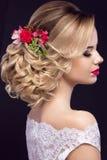 新娘的图象的美丽的白肤金发的女孩有紫色花的在她的头 秀丽表面 免版税图库摄影