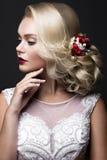 新娘的图象的美丽的白肤金发的女孩有紫色花的在她的头 秀丽表面 库存图片