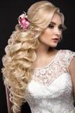 新娘的图象的美丽的白肤金发的女孩有紫色花的 库存照片