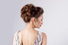 新娘的图象的,与花的美好的婚礼发型在她的头发,新娘的发型美丽的女孩 免版税图库摄影