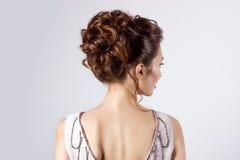 新娘的图象的,与花的美好的婚礼发型在她的头发,新娘的发型美丽的女孩 免版税库存图片