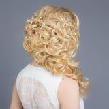新娘的图象的,与花的美好的婚礼发型在她的头发,新娘的发型美丽的女孩 免版税库存照片