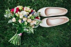 新娘的婚礼花束在草说谎 免版税库存照片