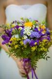 新娘的婚礼花束有野花的 免版税库存照片