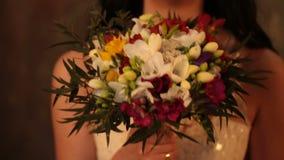 """新娘的婚礼photosession在照片演播室,新娘的花束,多彩多姿的Ñ """"Ñ€ÐΜÐ ¹ Ð花束 ·Ð¸Ð ¹, a 股票录像"""