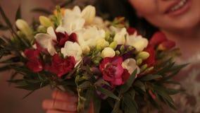 """新娘的婚礼photosession在照片演播室,新娘的花束,多彩多姿的Ñ """"Ñ€ÐΜÐ ¹ Ð花束 ·Ð¸Ð ¹, a 股票视频"""