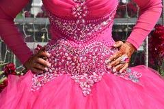 新娘的手一套桃红色婚礼礼服的一个假日下巴 库存图片